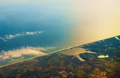 风景海岸的空中照片在海湾附近的 库存图片