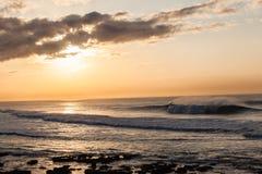 风景海浪日出对比 免版税库存图片