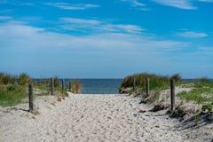 风景海滩全景在一个明亮的夏日 免版税图库摄影