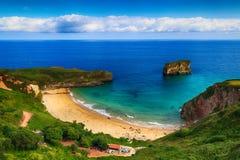 风景海滩海洋在阿斯图里亚斯,西班牙 免版税库存照片