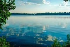 风景湖哈丽在米尼亚波尼斯,在一个晴朗的夏天下午的明尼苏达 图库摄影