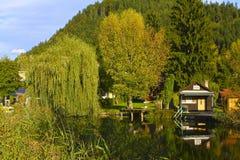风景湖村庄在奥地利 库存照片