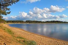 风景湖的含沙海岸 免版税库存图片