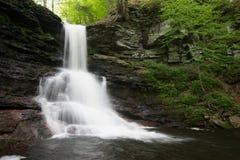 风景瀑布在里基茨幽谷Poconos的国家公园在P 免版税库存图片