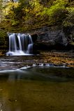 风景瀑布&秋天颜色- Treman国家公园-伊塔卡,纽约 库存照片