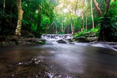 风景照片,在雨林的美丽的瀑布,瀑布在泰国 免版税库存照片