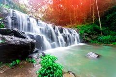 风景照片,在雨林的美丽的瀑布,瀑布在泰国 库存照片