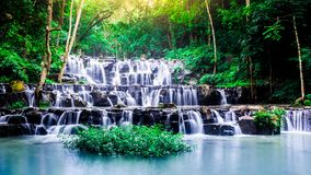 风景照片,在雨林的美丽的瀑布,瀑布在泰国 图库摄影