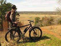 风景的山骑自行车的人俯视 免版税图库摄影