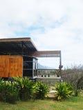 风景的木现代小屋在都市外面 免版税库存图片