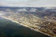 风景的空中照片和日本在一直舒展对天际的东京海湾附近沿岸航行在日出期间 免版税库存图片
