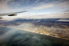 风景的空中照片和日本在一直舒展对天际的东京海湾附近沿岸航行在日出期间 免版税图库摄影