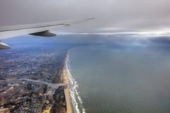 风景的空中照片和日本在一直舒展对天际的东京海湾附近沿岸航行在日出期间 库存照片
