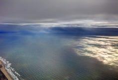 风景的空中照片和日本在一直舒展对天际的东京海湾附近沿岸航行在日出期间 图库摄影