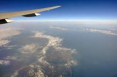 风景的空中照片和日本在一直舒展对天际的东京海湾附近沿岸航行在期间 免版税库存图片