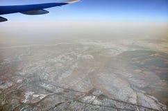 风景的HDR空中照片与复杂结冰的河样式、小山和山的与多雪的补丁 图库摄影