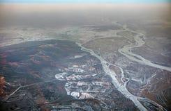 风景的HDR空中照片与复杂结冰的河样式、小山和山的与多雪的补丁 库存照片