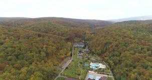 风景直升机视图  森林和山围拢的大厦 自然公园 股票视频