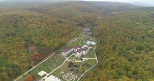 风景直升机视图  森林和山围拢的大厦 自然公园 股票录像