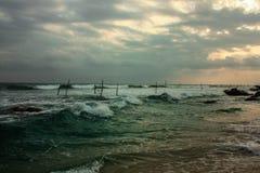 风景看法、风暴在日落期间,狂放的波浪和渔夫斯里兰卡的 库存照片