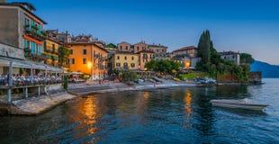 风景看法在美丽的瓦伦纳在晚上,在科莫湖,伦巴第,意大利 库存照片