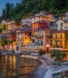 风景看法在美丽的瓦伦纳在晚上,在科莫湖,伦巴第,意大利 库存图片