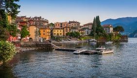 风景看法在美丽的瓦伦纳在晚上,在科莫湖,伦巴第,意大利 免版税库存照片