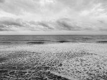 风景看法在黑海海岸的一个多雨的冬季早晨 免版税库存图片