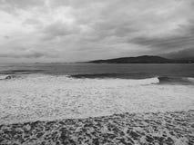 风景看法在黑海海岸背景的一个冷的多雨的冬季早晨 库存图片