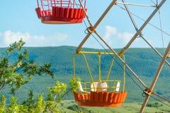 风景看法弗累斯大转轮五颜六色的客舱  免版税图库摄影