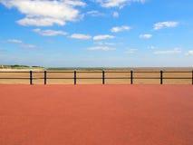 风景看法形式散步的末端在圣徒annes的在lancashire的海与在沙滩前面的栏杆 库存照片