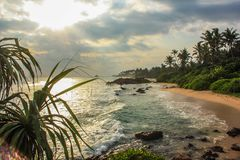 风景看法,日落,空的镇静海滩,斯里兰卡,海洋,波浪,放松并且变冷 免版税库存照片