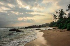 风景看法,日落,空的镇静海滩,斯里兰卡,海洋,波浪,放松并且变冷 库存图片