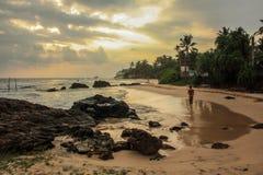 风景看法,日落,空的镇静海滩,波浪,放松并且变冷 库存图片