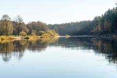 风景秋天色的河在国家 免版税库存图片