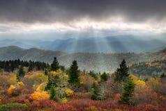 风景秋天蓝色横向大路的土坎 免版税库存图片