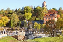 风景秋天观点的风景公园和荚莲属的植物, Buki,乌克兰 库存图片