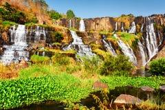 风景自然落下的瀑布用水晶水,越南 免版税库存图片