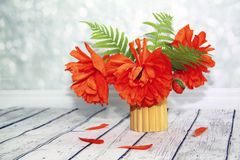 风景花束、红色鸦片和蕨叶子在一张木桌上, 库存照片
