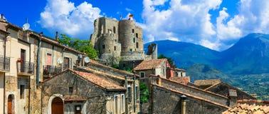 风景莫拉诺卡拉布罗村庄 与老城堡的视图 库存照片