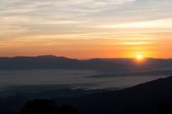 风景薄雾日出和海  库存图片