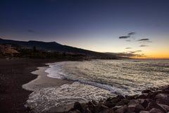 风景观点的在一个海滩下的蓬塔Brava与泰德峰火山在背景中 免版税库存照片