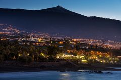 风景观点的在一个海滩下的蓬塔Brava与泰德峰火山在背景中 库存图片