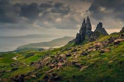 风景观点的Storr岩层的老人,剧烈的云彩,苏格兰 免版税库存图片