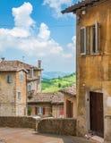 风景视域在乌尔比诺、城市和世界遗产名录站点在意大利的马尔什地区 免版税库存照片