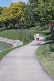风景跑步的路径的赛跑者 库存照片