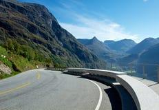风景路向Geiranger海湾在挪威 免版税库存照片
