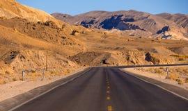 风景路在内华达-死亡谷国家公园沙漠  免版税库存照片