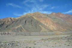 风景路在智利和阿根廷之间的安第斯山脉 库存照片