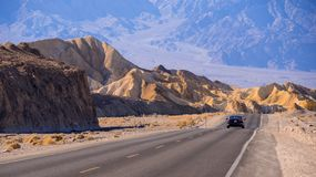 风景路在沙漠内华达-死亡谷国家公园-死亡谷-加利福尼亚- 2017年10月23日 免版税库存图片
